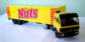 Nestle Nuts Truck met trailer - Lion Toys 1:50