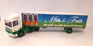 Milk & Fruit DAF 95XF Truck met trailer - Lion Toys 1:50