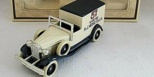 Days Gone 1933 Packard Town Van Heinz - Lledo 1:43