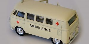 1963 Volkswagen T1 Bus (creme) ambulance - Welly 1:34