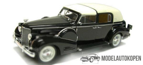 1938 Cadillac V16 Fleetwood (Zwart) (30cm) 1/18 Signature Models
