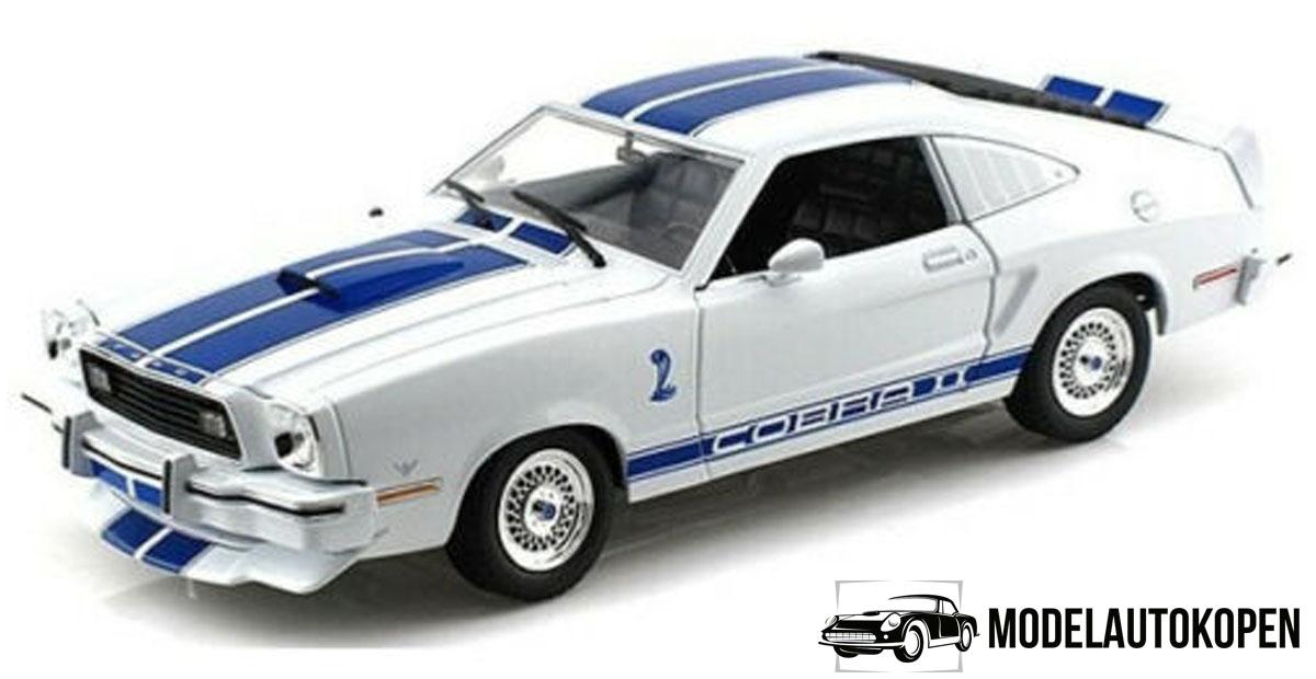 1976 Ford Mustang II Cobra II (Charlie's Angels) (Wit/Blauw) (30cm) 1/18 Greenlight