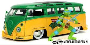 1962 Volkswagen Bus + Ninja Turtles Leonardo Figuur (Groen/Geel) (20 cm) 1/24 Jada
