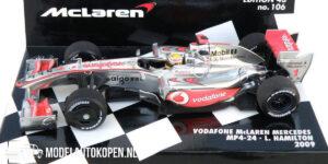 Vodafone McLaren Mercedes MP4-24 L. Hamilton 2009 (Zilver) (12 cm) 1/43 MiniChamps