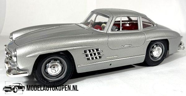 Mercedes-Benz 300 SL 1954 (Zilver) 1/18 Bburago + Showcase
