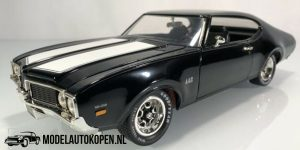 """1969 Oldsmobile """"442 W30"""" (Zwart/Wit) (30 cm) 1/18 Amercian Muscle Collector's Edition"""