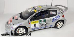 Peugeot 206 WRC 1999 & 2000 (Zilver) 1/18 Solido + Showcase